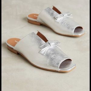 Anthropologie intentionally silver bow mule 8 🌟🌟